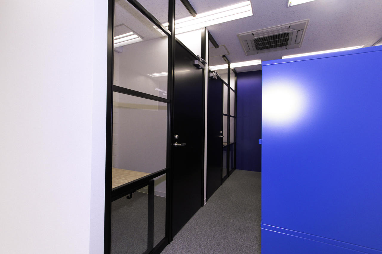 COMMUNICATION ROOM & EDITORIAL ROOM